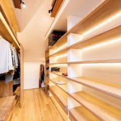 Kokudoma_walk-in_closet_oak_led_17.jpg