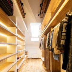 Kokudoma_walk-in_closet_oak_led_6.jpg
