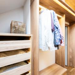 Kokudoma_walk-in_closet_oak_led_9.jpg